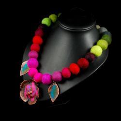 filc z metaloplastyką i emalią - Naszyjniki - Biżuteria